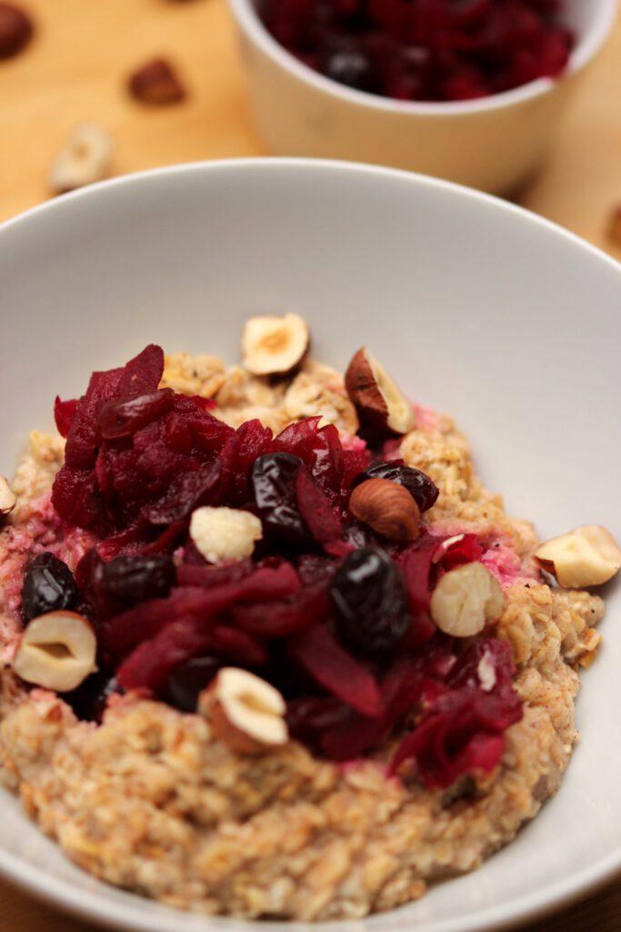 Porridge mit Rote-Bete-Apfel-Kompott