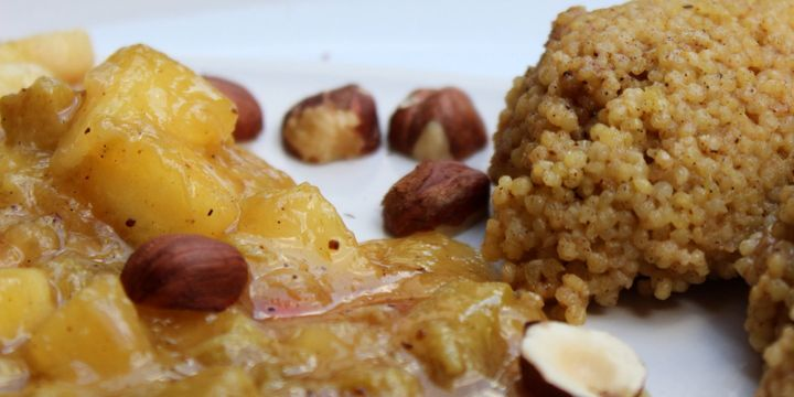 Cremiger Hirse-Porridge mit Rhabarber-Apfel-Kompott