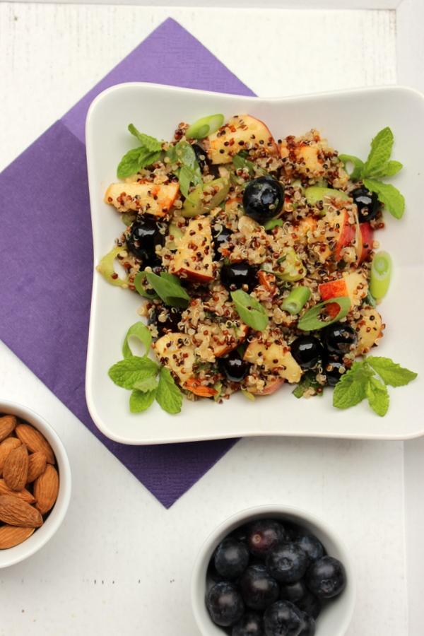Quinoasalat mit Heidelbeeren und Mandeln