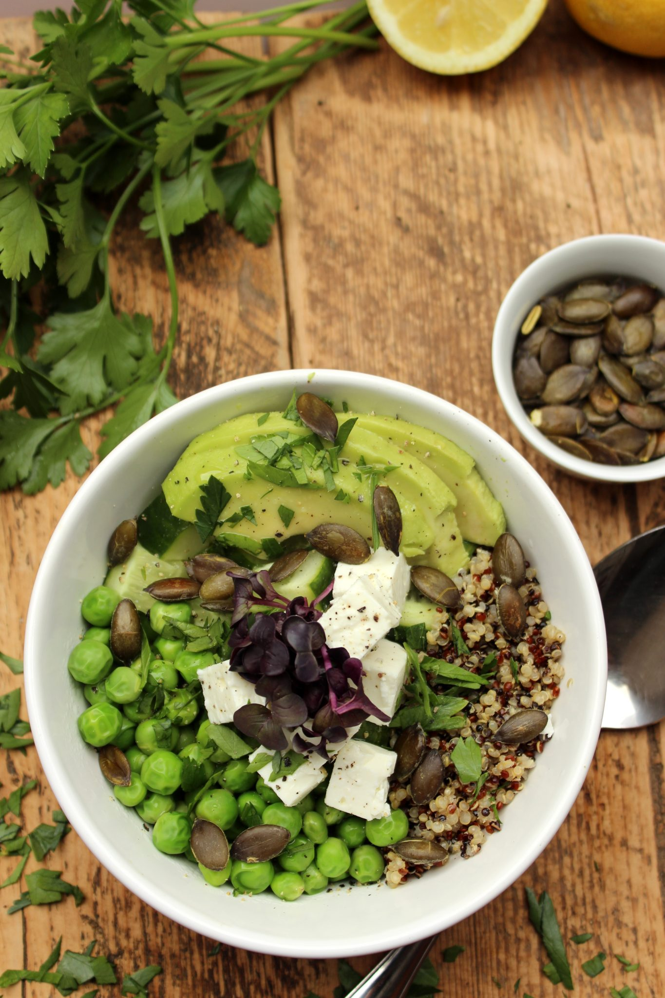 Erbsen-Gurken-Avocado-Bowl