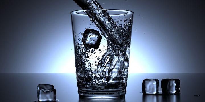 Wieso eiskalte Getränke im Sommer kontraproduktiv sind