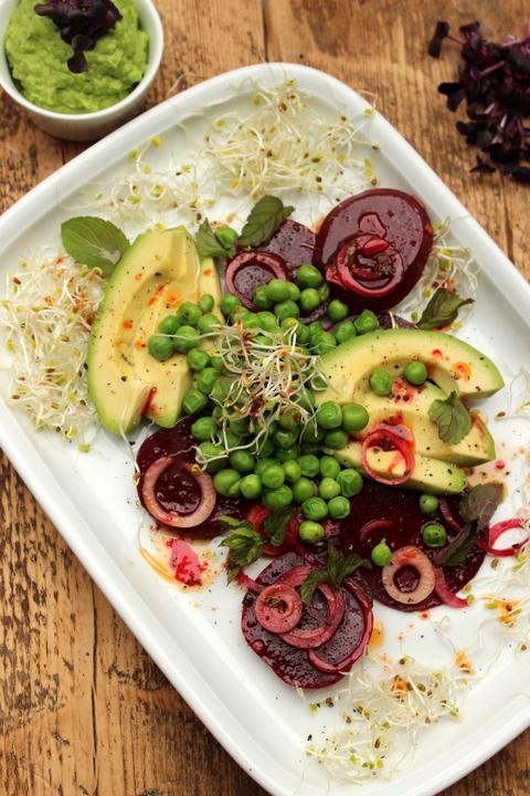 Salat mit Roter Bete, Avocado und Erbsen