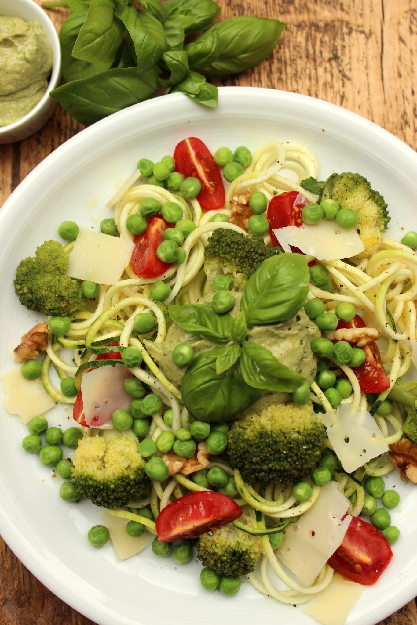 Zucchini-Nudeln mit Erbsen und Avocado-Walnuss-Pesto