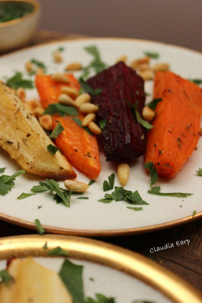 Herbstgemüse mit Pinienkernen und Kräutern aus dem Ofen