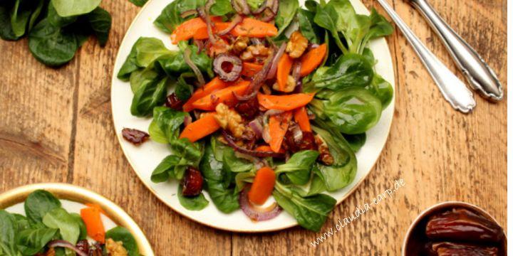 Feldsalat mit lauwarmem Walnuss-Karotten-Dattel-Topping