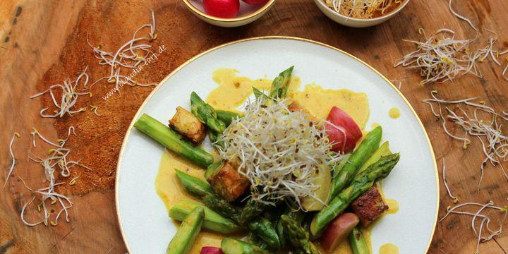 Gelbes Tofu-Curry mit grünem Spargel