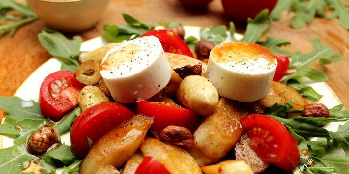Spargel-Salat an Rucola und Tomate mit Ziegenkäse