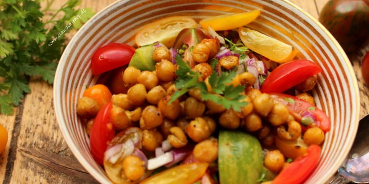 Tomatensalat mit knusprigen orientalischen Kichererbsen