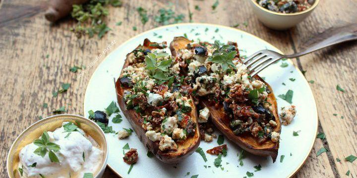 Süßkartoffel-Kumpir mit Tomaten, Oliven und Ziegenkäse