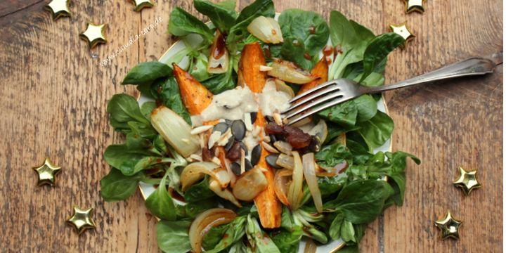 Süßkartoffel-Tahini Salat mit Dattel-Nuss-Topping
