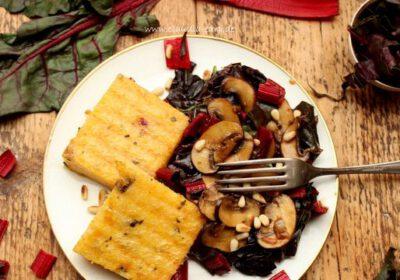 Gebratene Polenta mit rotem Mangold und Pilzen