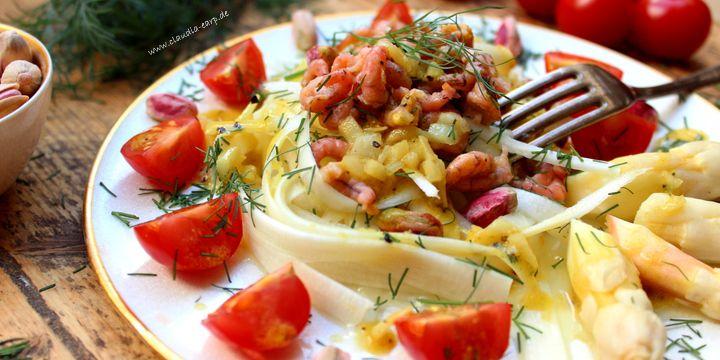 Weißer Spargel-Salat mit Krabben an Himbeervinaigrette
