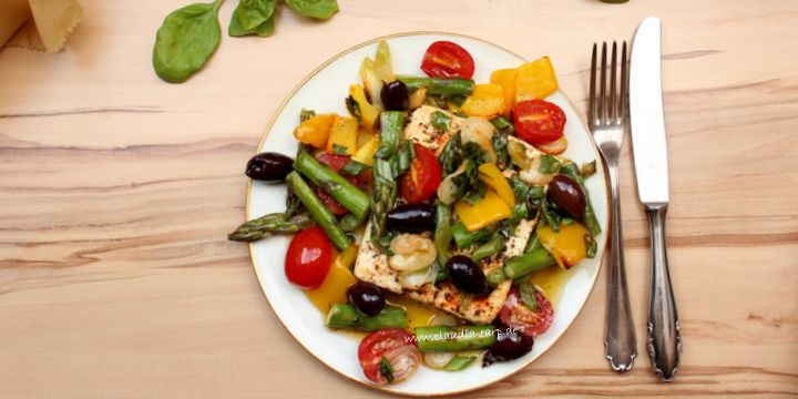 Feta aus dem Ofen mit grünem Spargel und Oliven