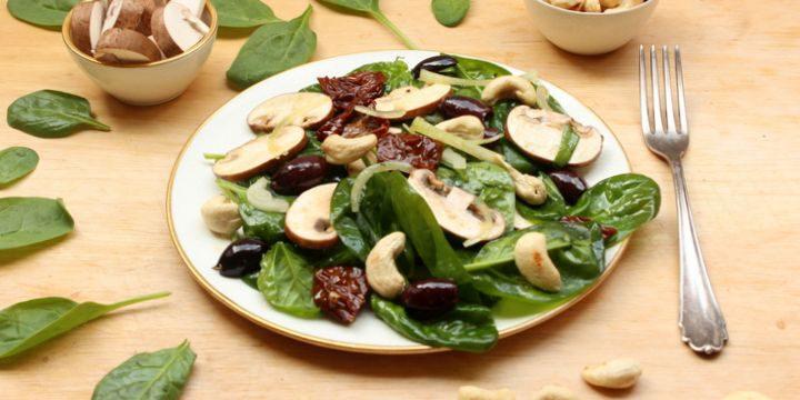 Spinat-Pilz-Salat mit Kalamata-Oliven und Cashewnüssen