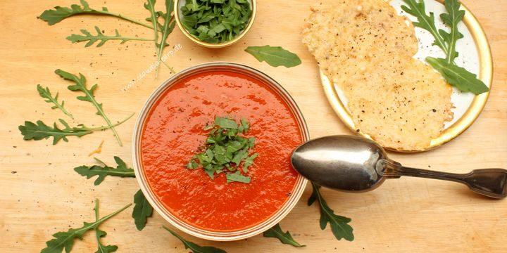 Tomaten-Birnen-Suppe mit Rucola und Parmesan-Chips