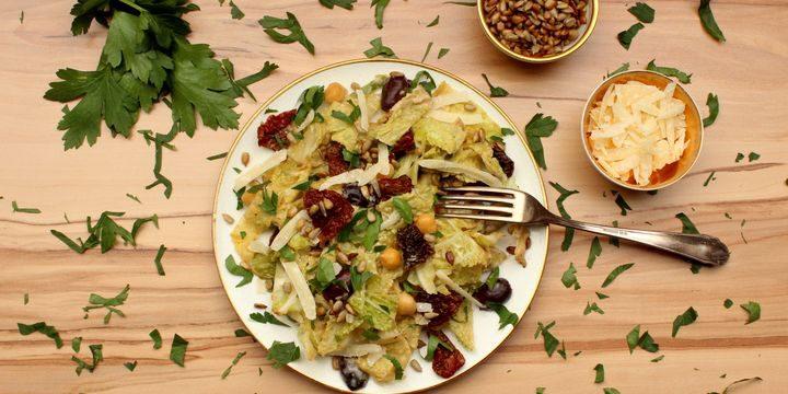Griechischer Kohlsalat mit cremigem Tahini-Dressing