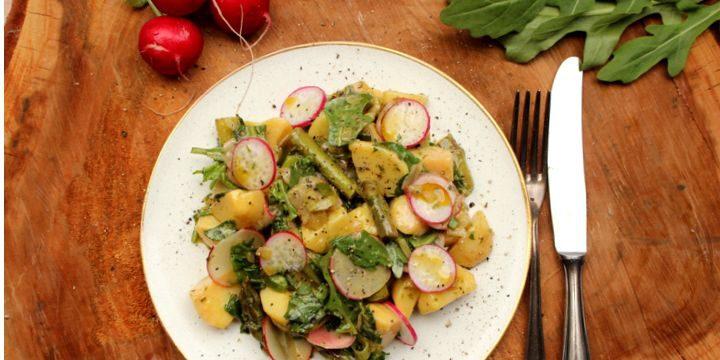 Kartoffelsalat mit grünem Spargel und noch mehr Grün