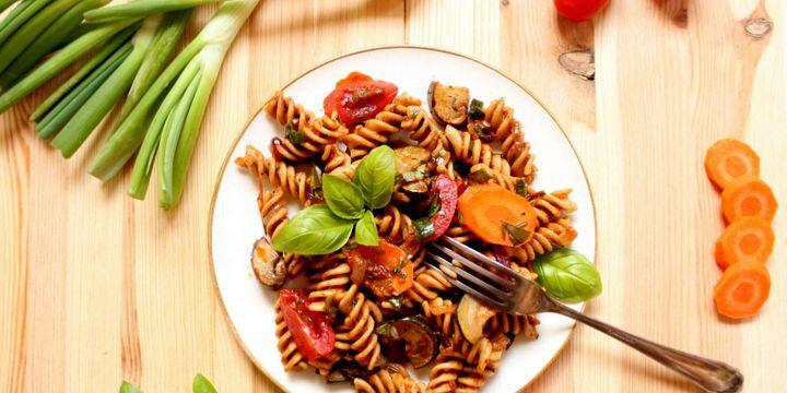 Nudelsalat mit mediterranem Gemüse