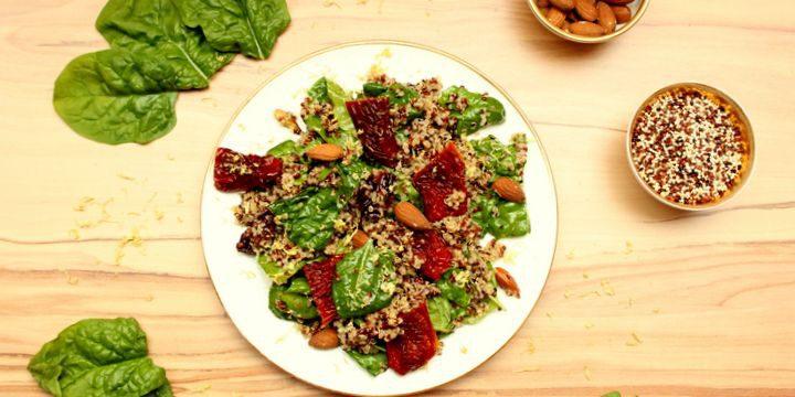 Salat aus Quinoa, Spinat und sonnengetrockneten Tomaten