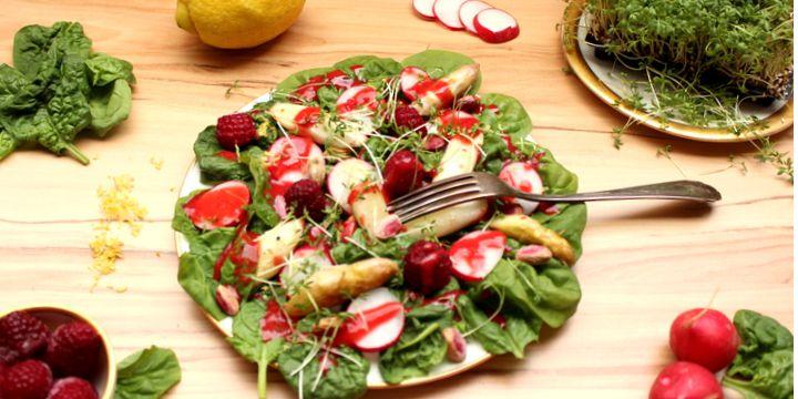 Spargelsalat mit Spinat und Radieschen an Himbeer-Dressing